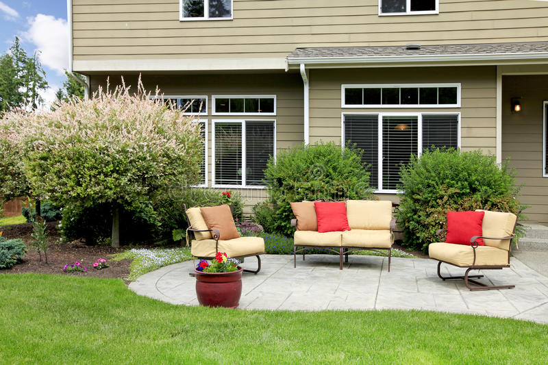 Schönes Haus mit Hinterhofsitzenbereich. lizenzfreies stockbild