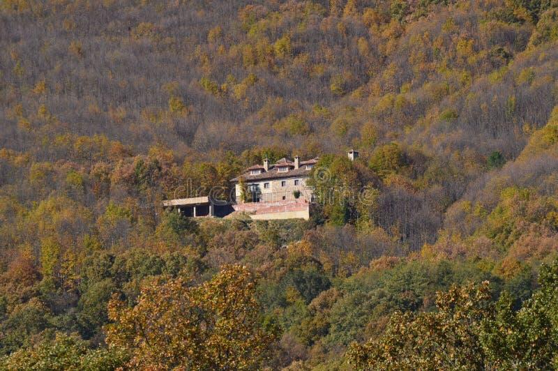 Schönes Haus mitten in dem Berg auf dem Ufer des Reservoirs EL Pajero 14. November 2015 Natur, Reise, stockbild