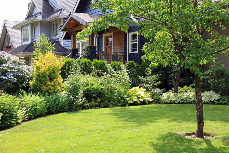 Schönes Haus und Garten stockfoto. Bild von schön, haupt - 56066596