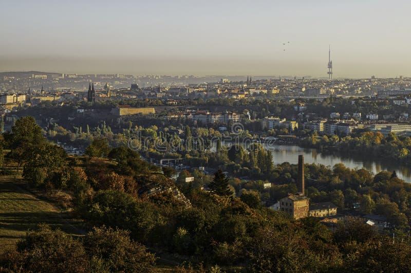 Schönes HDR-Landschaftspanorama von Prag mit vysehrad Schloss eingenommen von Zvahov-Hügel stockbild