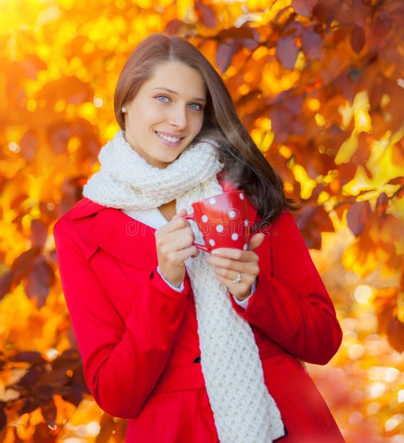 Schönes Herbstporträt der jungen Frau mit heißem Getränk stockbilder
