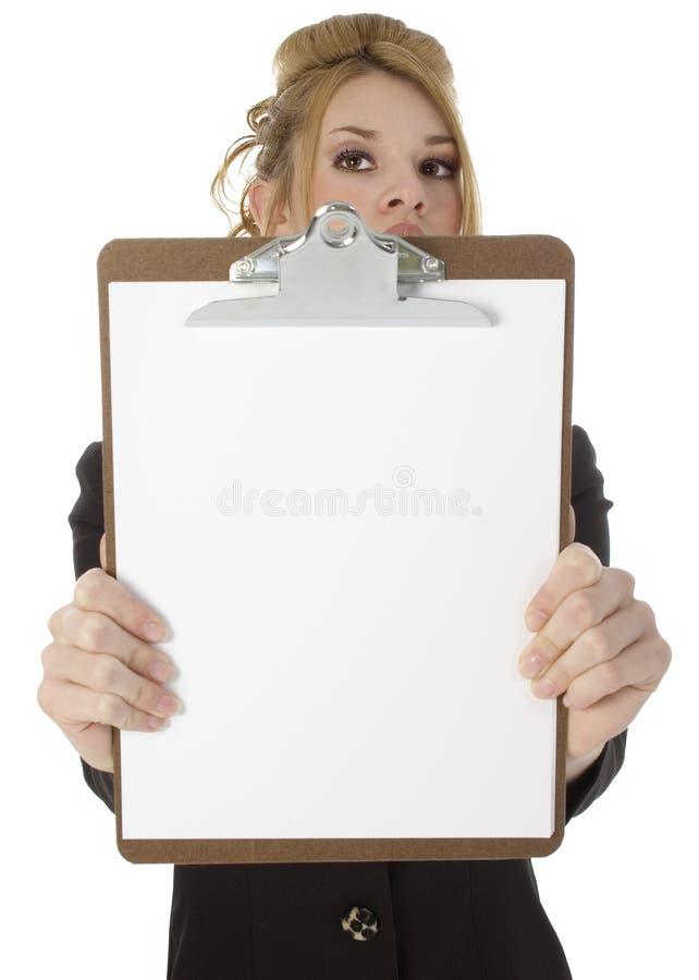 Schönes hispanisches Frauen-Holding-Klemmbrett lizenzfreie stockbilder