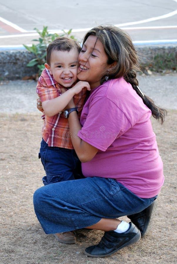 Schönes hispanisches Mutter- und Kindumarmen stockfotografie