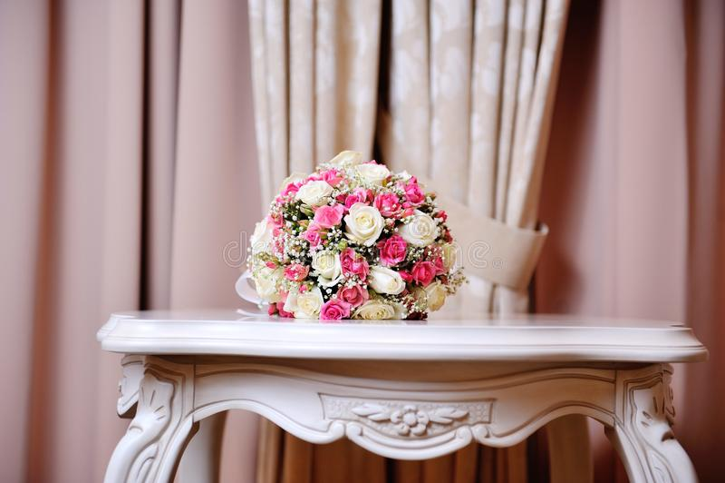 Schönes Hochzeit boquet, das auf Tabelle im Restaurant liegt stockfotografie