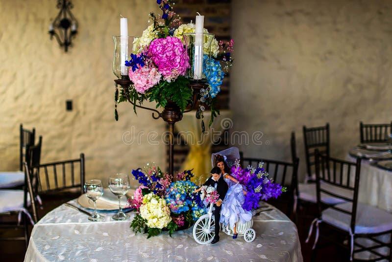 Schönes Hochzeits-Blumen-Anordnungs-Gedeck mit Kerzen lizenzfreie stockfotografie