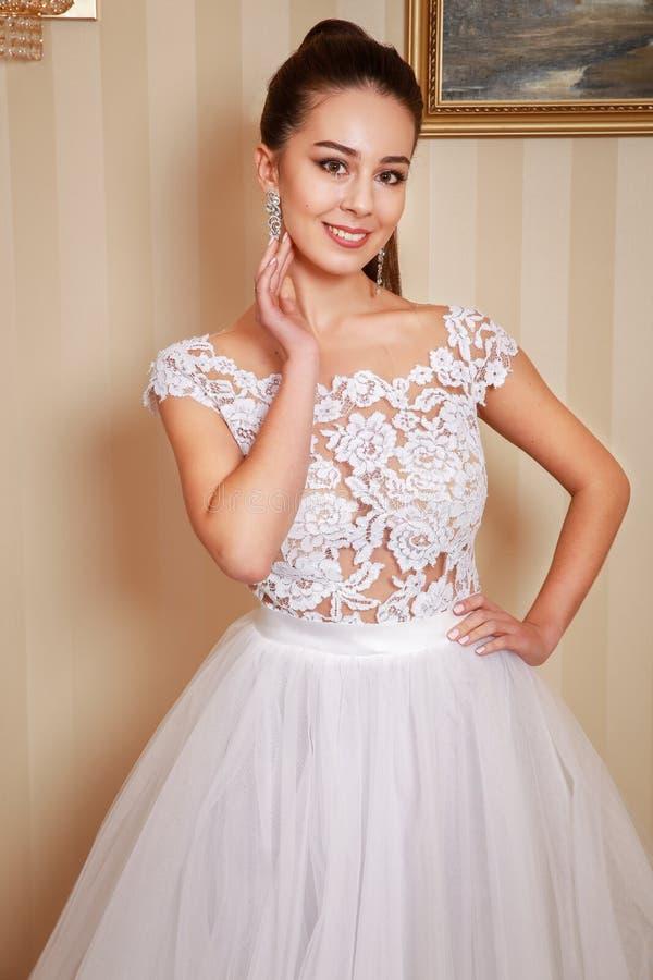 Schönes Hochzeitskleid Braut im Hochzeitskleid in einer Luxuswohnung Abschluss oben lizenzfreie stockfotografie