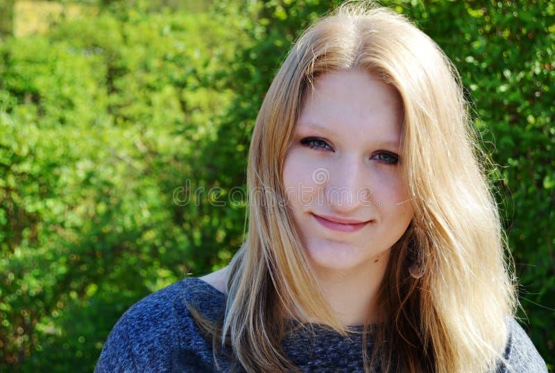 Schönes im Freienportrait der jungen Frau stockbild