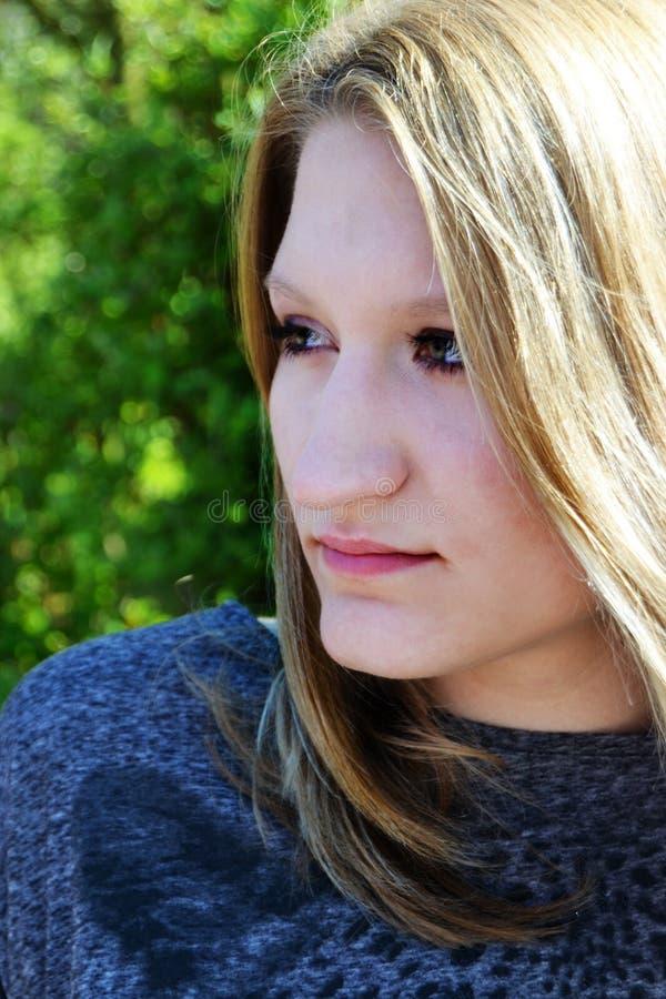 Schönes im Freienportrait der jungen Frau lizenzfreie stockfotografie