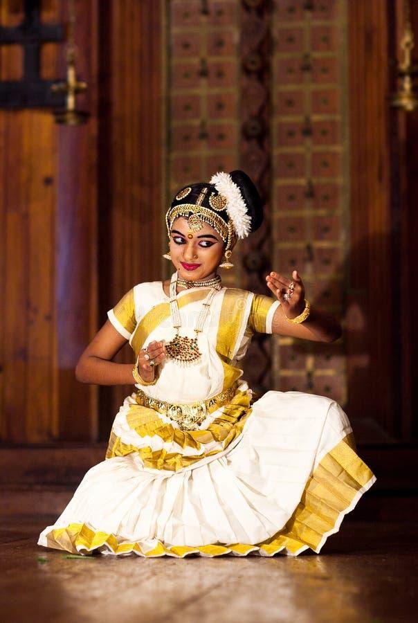 Schönes indisches Mädchen, das Mohinyattam-Tanz im Fort Cochin tanzt, stockfotografie
