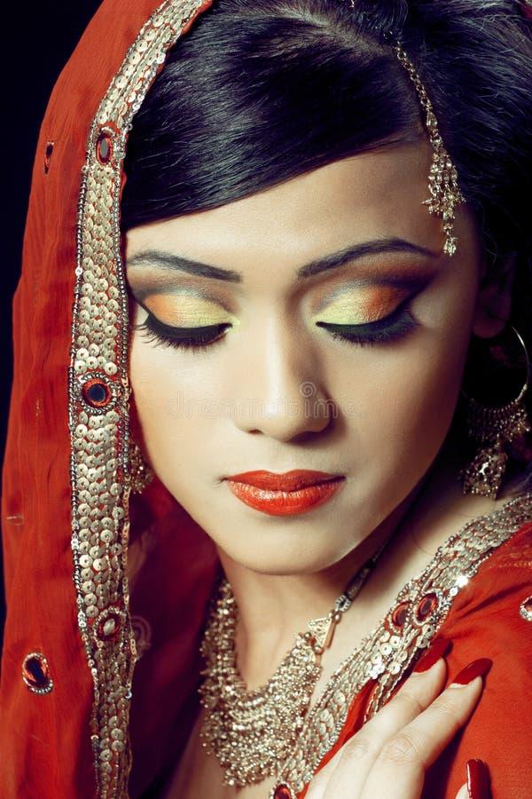 Schönes indisches Mädchen mit Brautverfassung lizenzfreie stockfotos