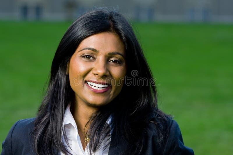 Schönes indisches Mädchenlächeln stockfoto