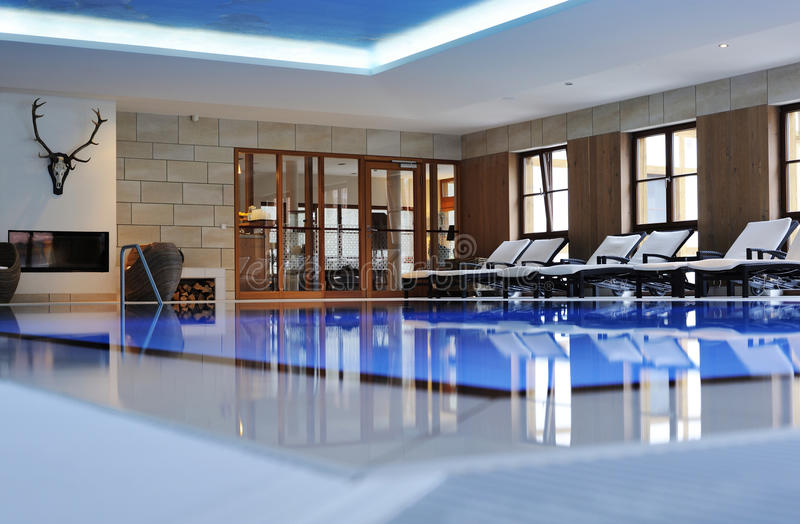 Schönes Innenschwimmbad stockfotos