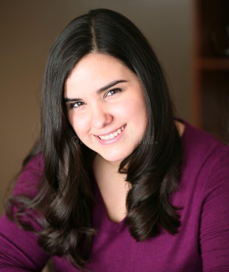 Schönes jugendlich hispanisches Mädchenlächeln lizenzfreie stockfotos