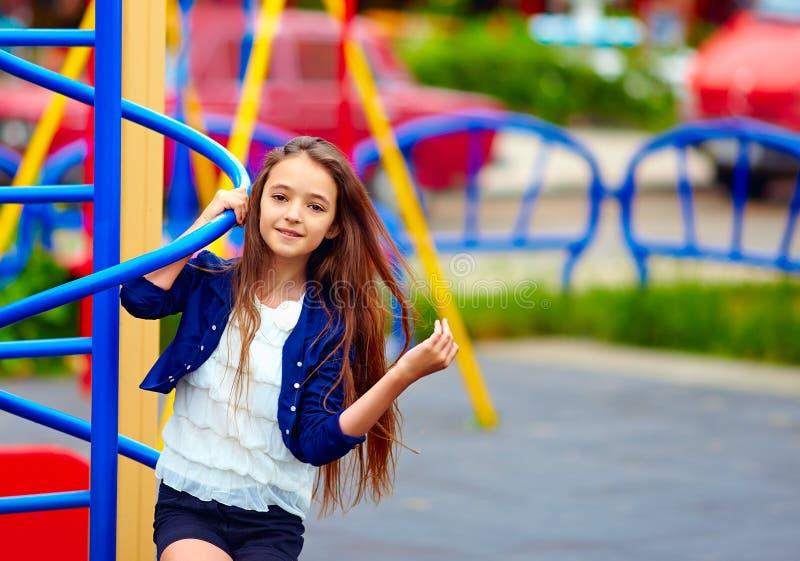 Schönes jugendlich Mädchen auf Spielplatz lizenzfreie stockfotos