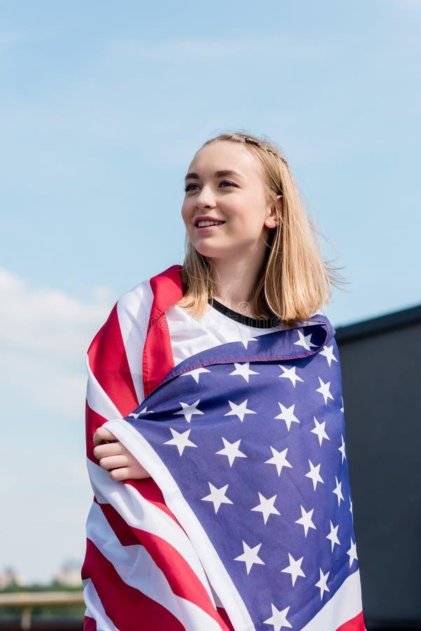 schönes jugendlich Mädchen bedeckt mit USA-Flagge vor stockfotos