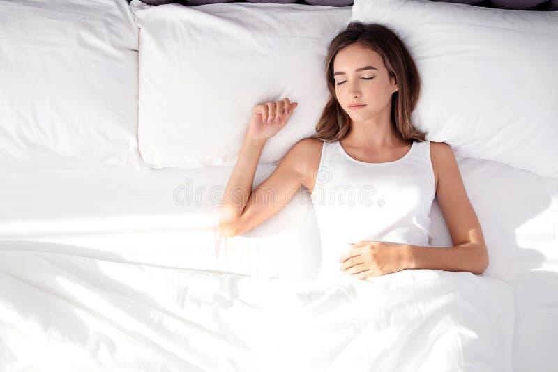Schönes jugendlich Mädchen, das mit bequemem Kissen schläft stockbild