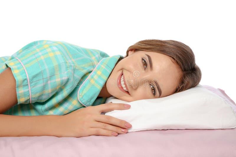 Schönes jugendlich Mädchen, das mit orthopädischem Kissen auf Bett liegt lizenzfreies stockbild