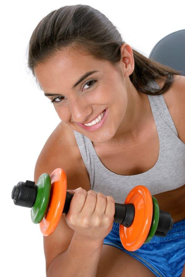 Schönes jugendlich Mädchen in der Trainings-Kleidung mit Gewichten lizenzfreies stockfoto