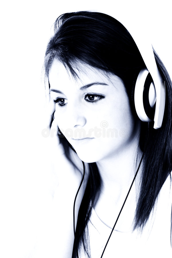 Schönes jugendlich Mädchen mit Kopfhörern in den blauen Tönen lizenzfreie stockbilder