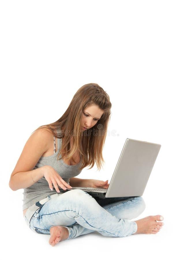 Schönes jugendlich Mädchen mit Laptop-Computer lizenzfreie stockbilder