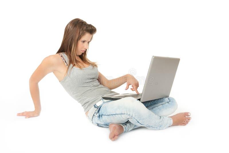 Schönes jugendlich Mädchen mit Laptop-Computer lizenzfreies stockbild