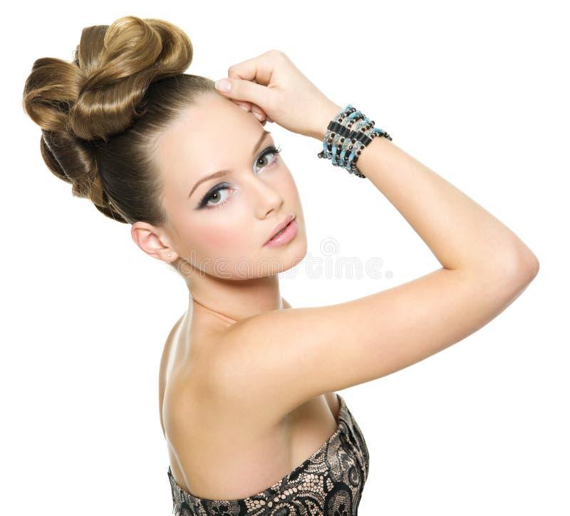Schönes jugendlich Mädchen mit moderner Frisur lizenzfreies stockfoto