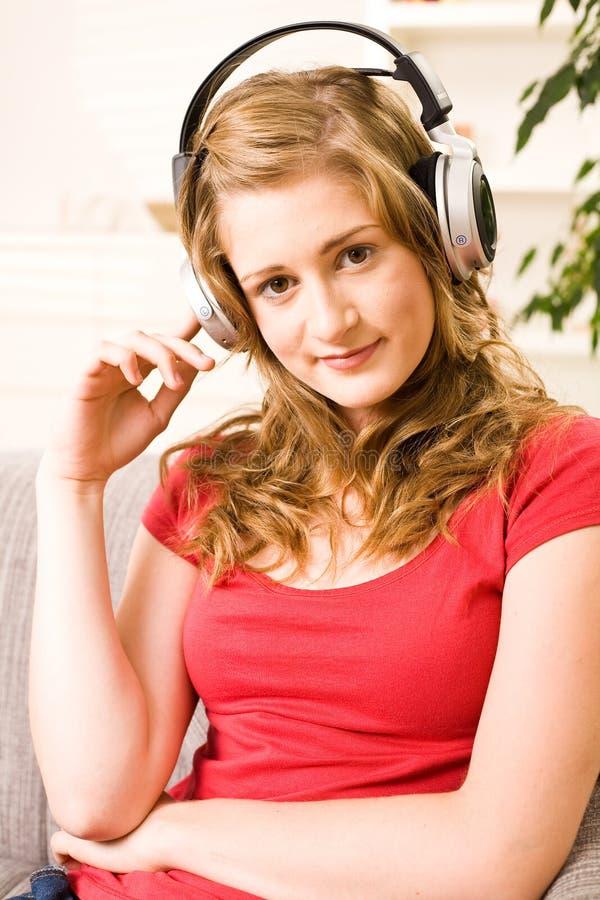 Schönes Jugendlichmädchen mit dem blonden Haar lizenzfreies stockfoto