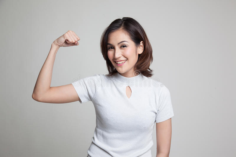 Schönes junges Asiatinflexbizeps stockfotos