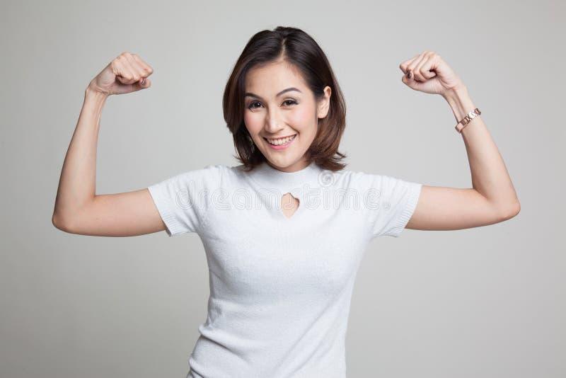 Schönes junges Asiatinflexbizeps lizenzfreies stockbild