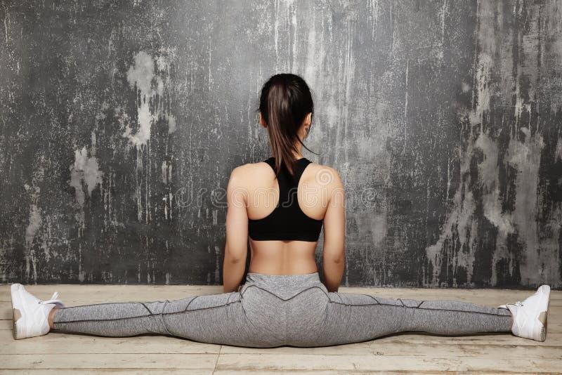 Schönes junges asiatisches Frauen-Ausarbeiten, Pilates-Übung in der Sportkleidung tuend Spalten mit Yoga Asana, dehnend aus lizenzfreies stockfoto