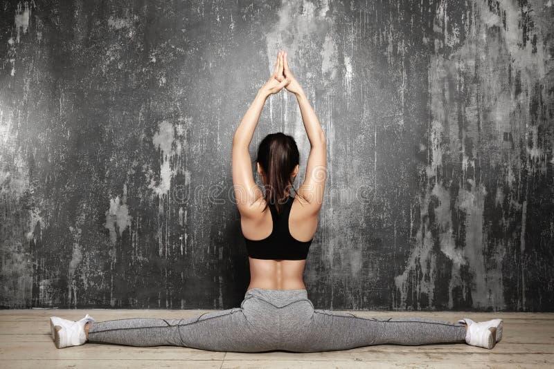Schönes junges asiatisches Frauen-Ausarbeiten, Pilates-Übung in der Sportkleidung tuend Spalten mit Yoga Asana, dehnend aus lizenzfreie stockfotos