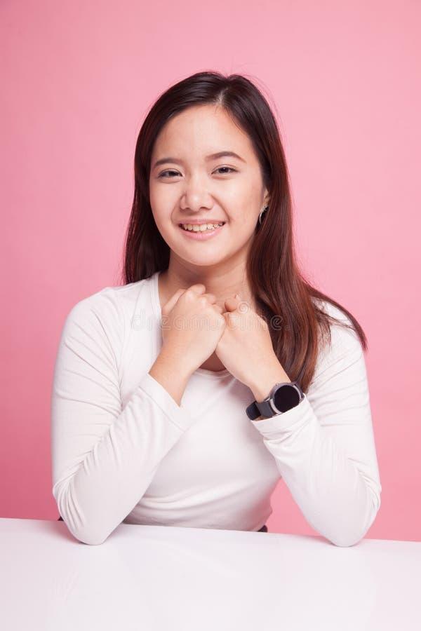 Schönes junges asiatisches Frauenlächeln lizenzfreies stockbild