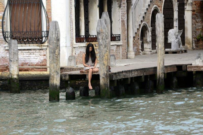 Schönes junges Asien-Frauenschreiben auf Notizbuch in Venedig, Sept. 8 lizenzfreie stockbilder