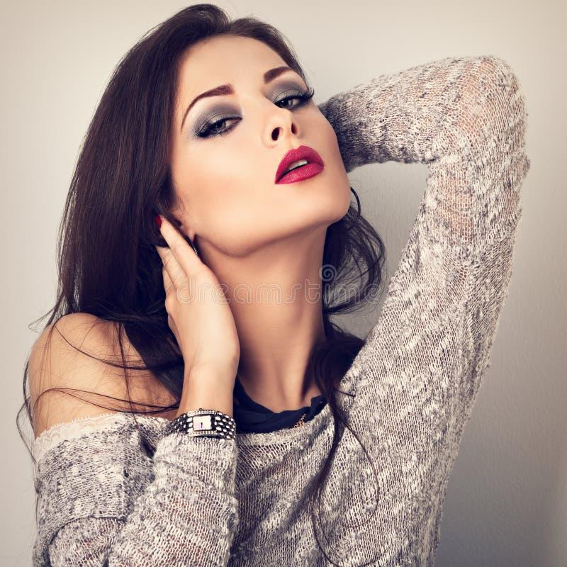 Schönes junges ausdrucksvolles Make-upmodell mit dem langen Hals, der i aufwirft lizenzfreie stockfotografie