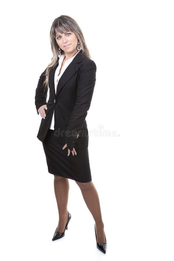 Schönes junges Baumuster, das im kurzen schwarzen Kleid aufwirft lizenzfreies stockbild