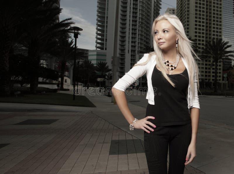 Schönes junges blondes in der Stadt stockfoto