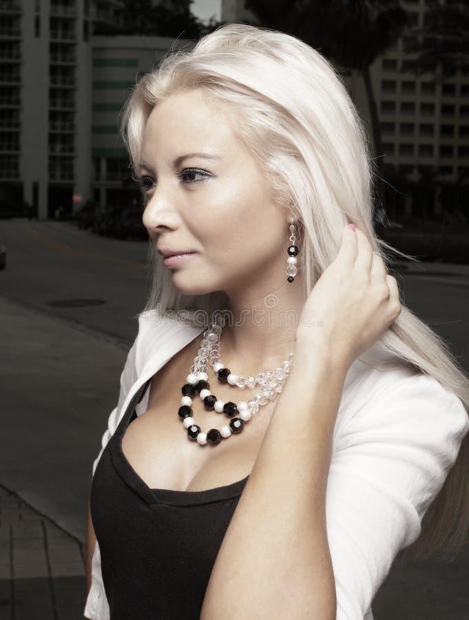 Schönes junges blondes in der Stadt stockfotografie
