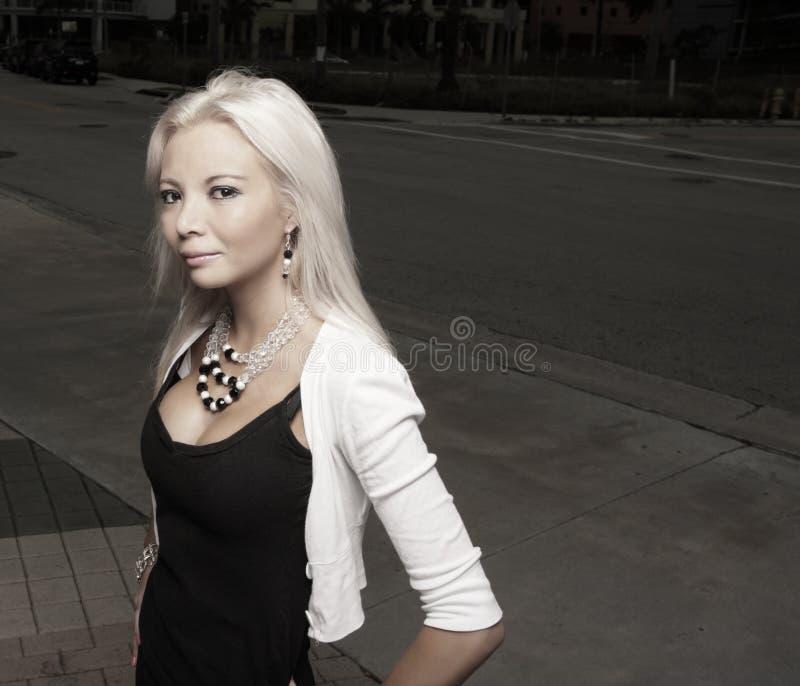 Schönes junges blondes in der Stadt lizenzfreie stockfotografie