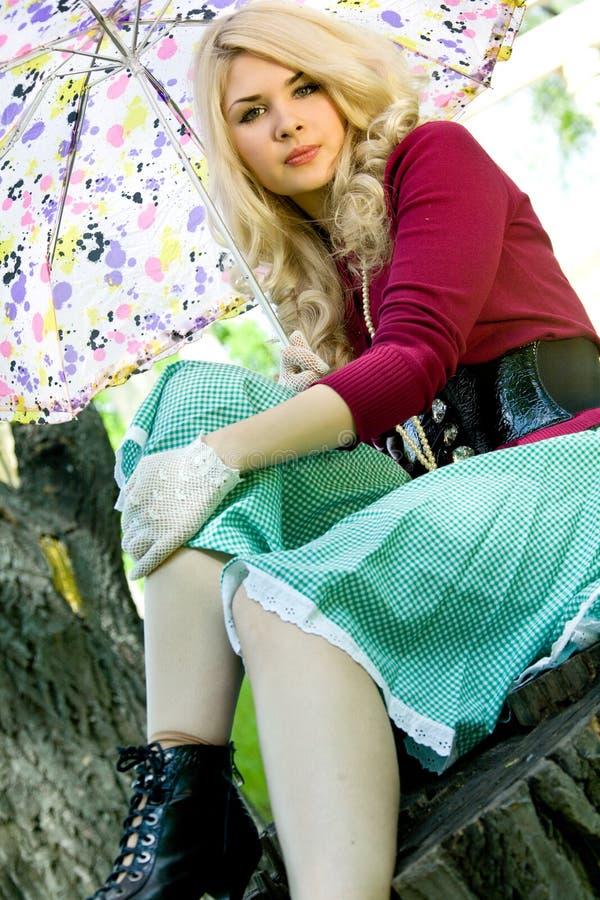 Schönes junges blondes im Sommerpark lizenzfreies stockfoto