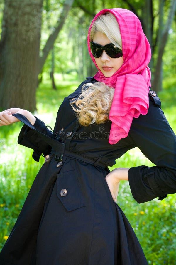 Schönes junges blondes im Sommerpark lizenzfreie stockfotos