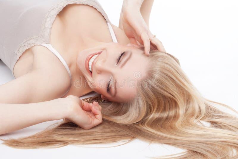 Schönes junges blondes Lächeln lizenzfreie stockfotografie