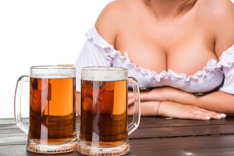 Schönes junges blondes Mädchen des oktoberfest Bierbierkrugs stockfoto