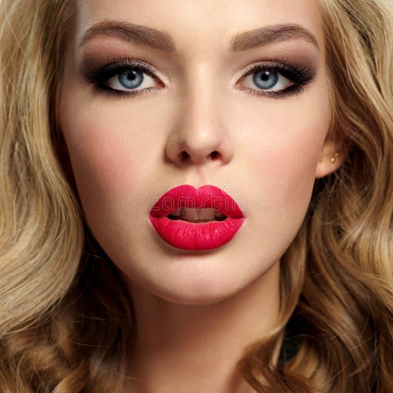 Schönes junges blondes Mädchen mit den sexy roten Lippen stockbilder
