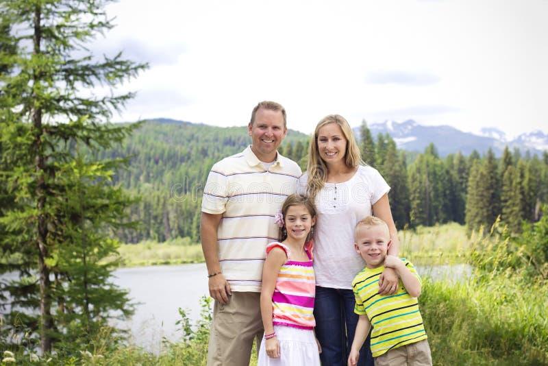 Schönes junges Familien-Porträt in den Bergen stockbild