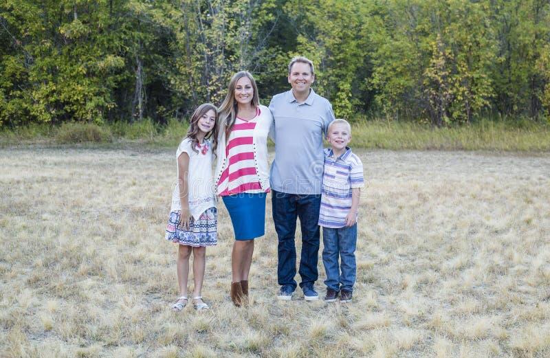 Schönes junges Familienporträt draußen stockbild