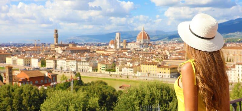 Schönes junges Frauenmodell mit Hut in der Stadt Florenz mit der Kathedrale und dem Palazzo Vecchio im Hintergrund, lizenzfreie stockbilder