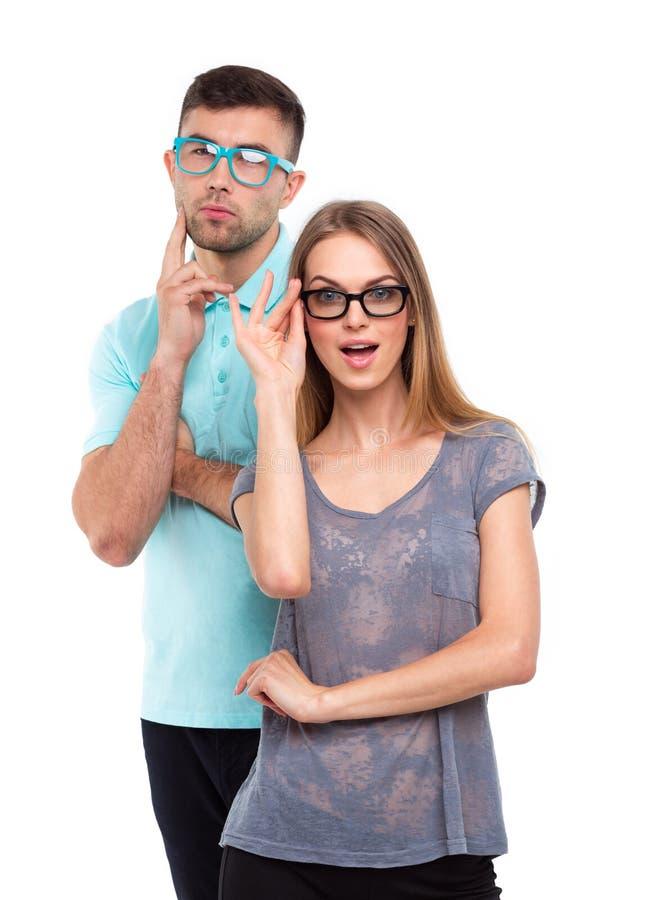 Schönes junges glückliches Paar, Mann und Frau, die Kamera, i betrachtet stockfotos