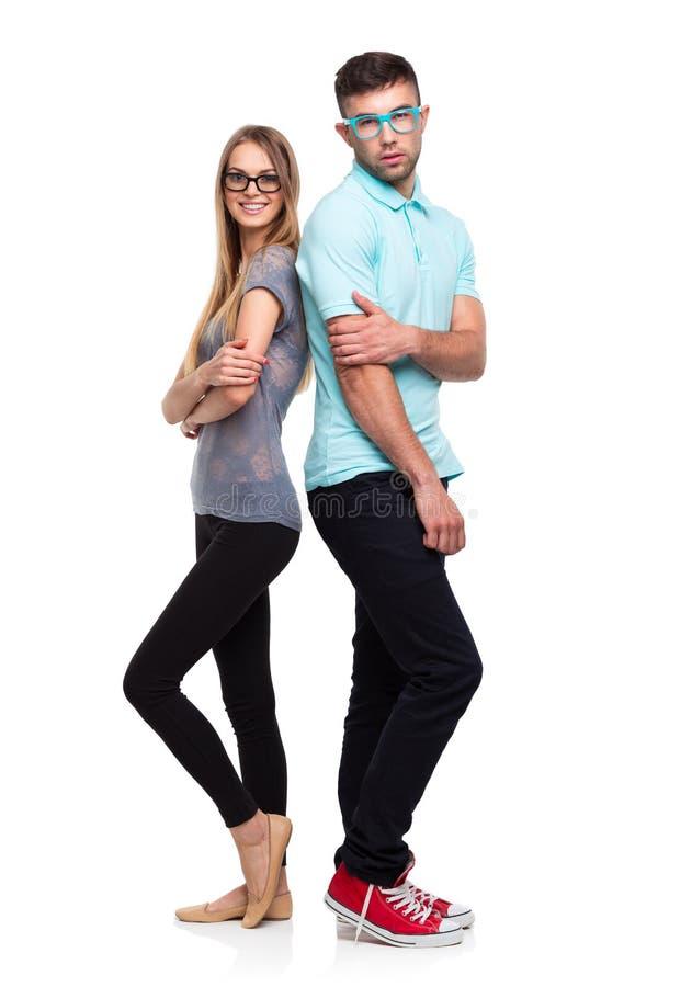 Schönes junges glückliches Paar, Mann und Frau, die Kamera, i betrachtet lizenzfreie stockfotos