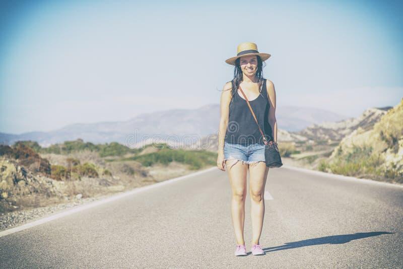 Schönes junges Hippie-Mädchen im Hut, der auf der Straße, agains steht lizenzfreies stockfoto