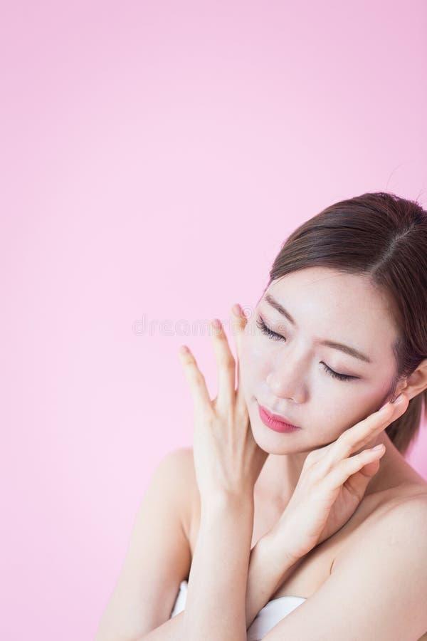 Schönes junges kaukasisches asiatisches Frauenlächeln mit natürlichem Make-up des sauberen frischen Hautgesichtes Cosmetology, sk stockfotografie